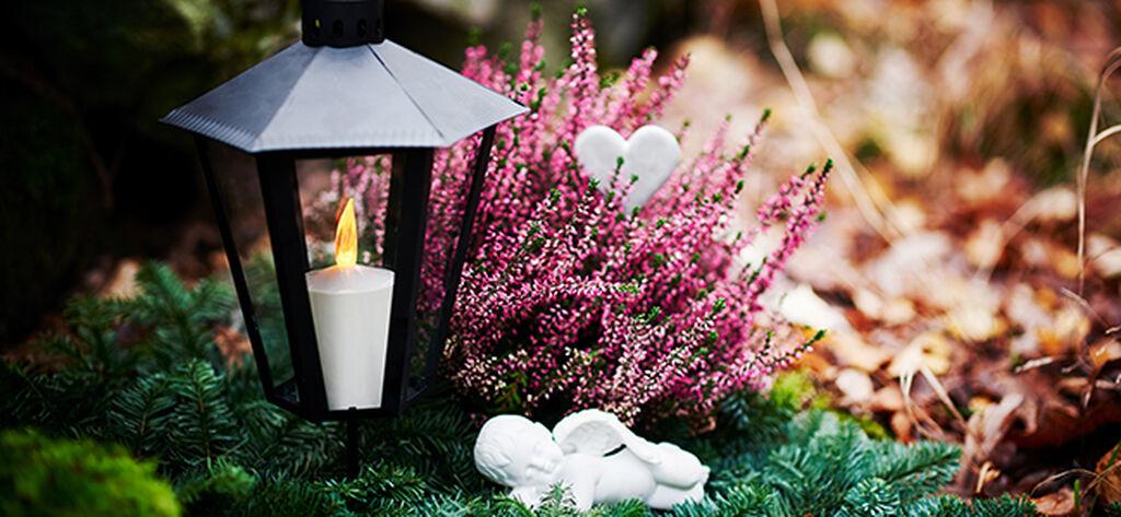 Pyhäinpäivänä muistellaan läheisiä kukin ja kynttilöin