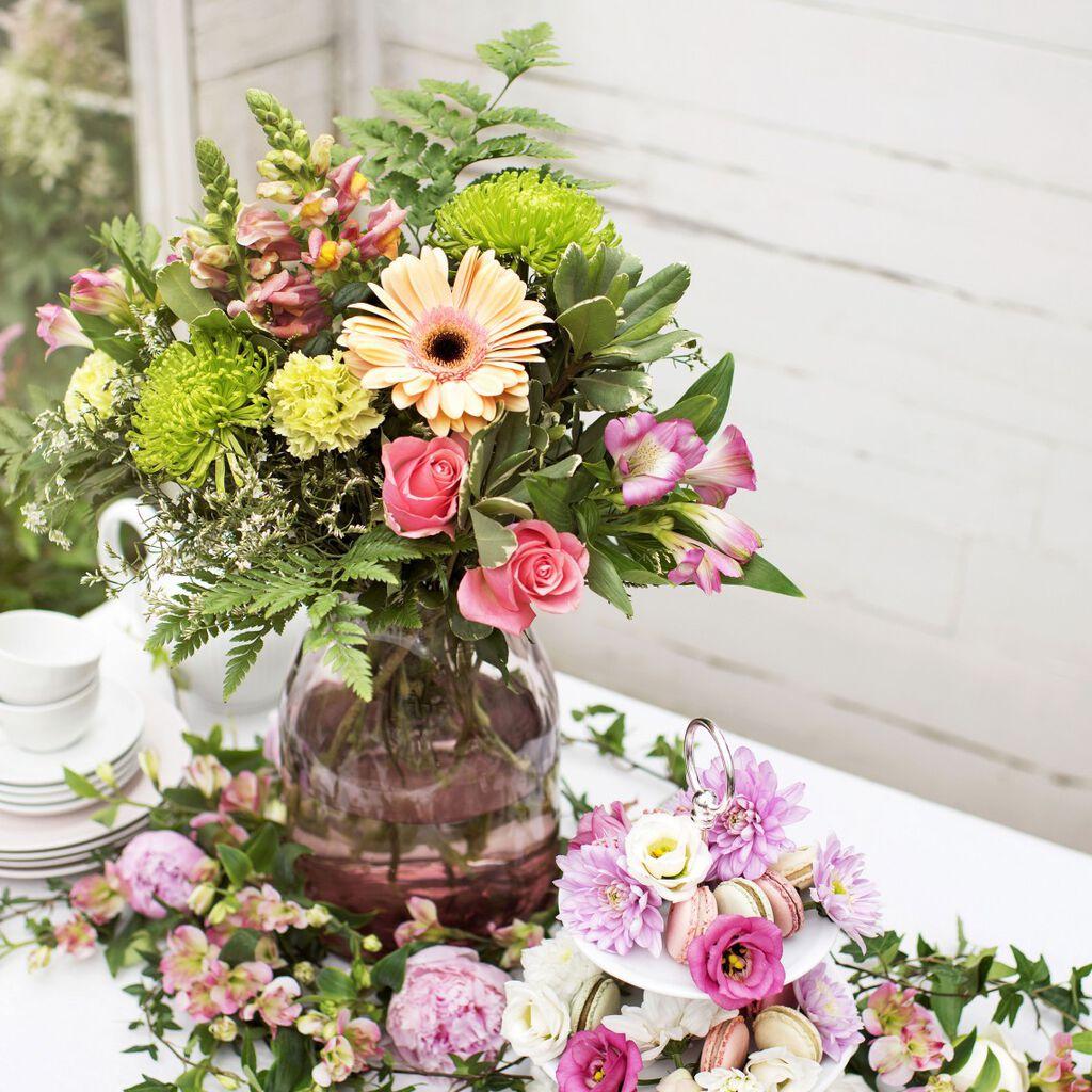 Korista pöytä kukilla kesän juhliin