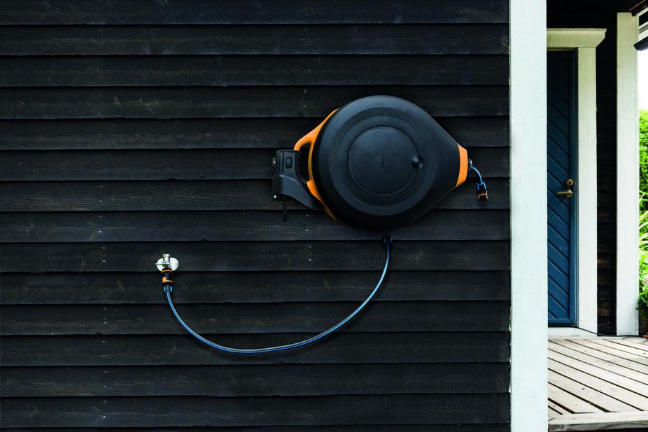 Seinäkiinnike kastelukelalle XL Fiskars, Musta